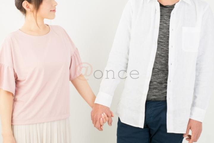 手を繋ぐカップル2