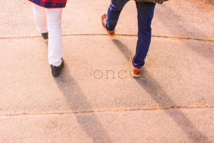 歩み始めるカップル