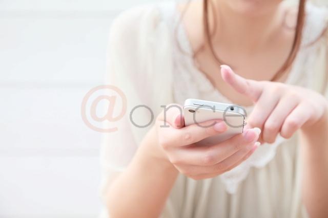 @once スマホを操作する指